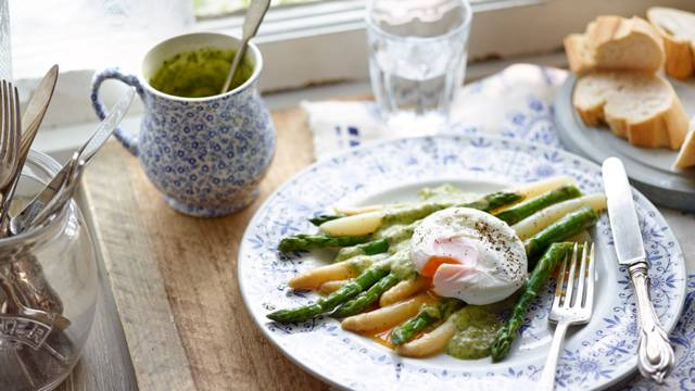 Asparagus with poached eggs and basil