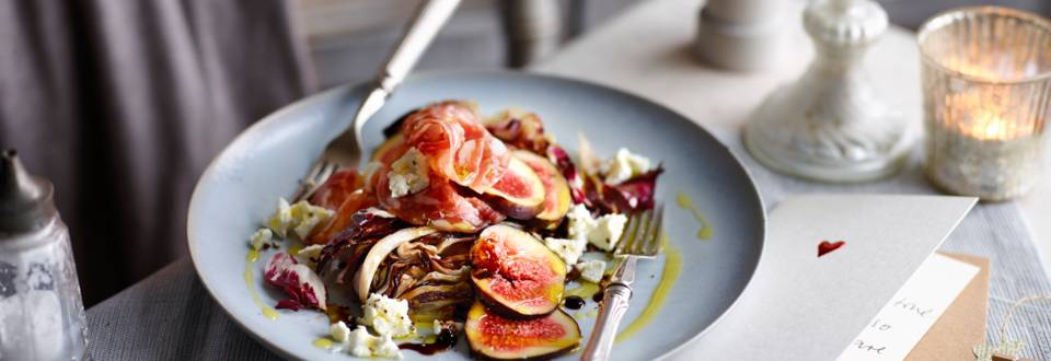 Radicchio salad with goat's cheese, salami slices and figs